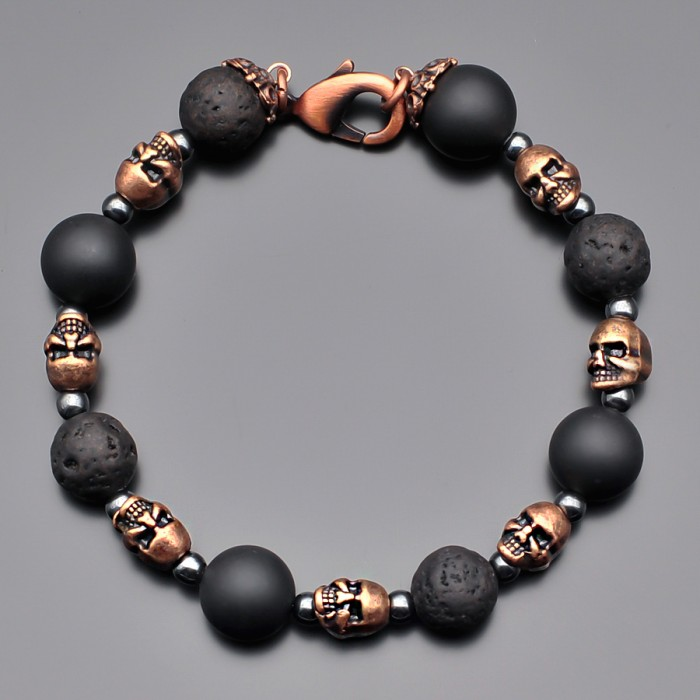 Мужской браслет из камней шунгита, лавы и металлическими черепами.