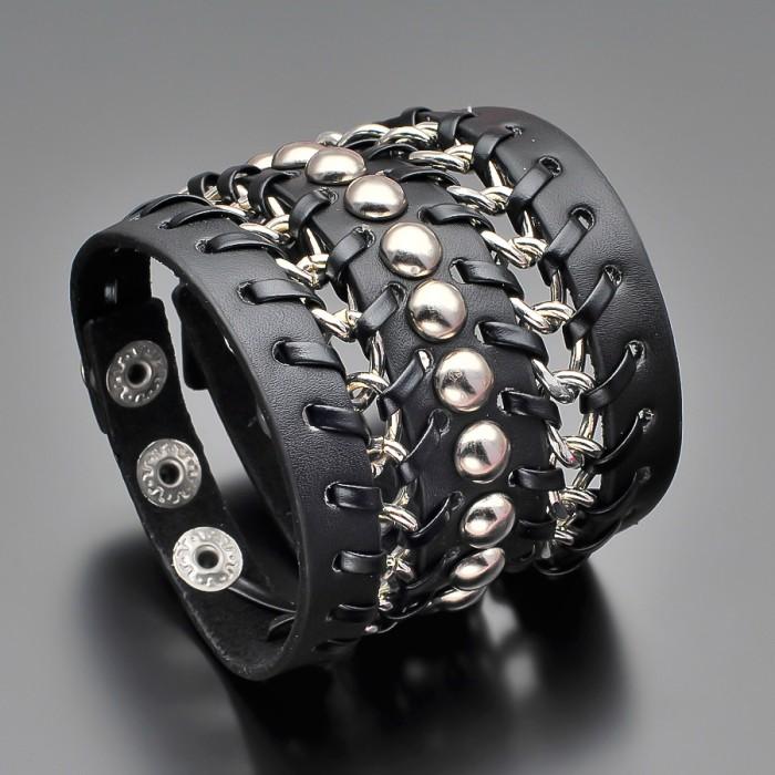 Браслет на руку из кожи с металлическими цепями.