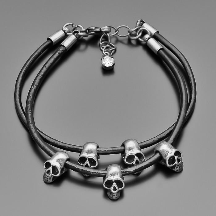 Женский кожаный браслет с черепами. Стальной цвет.