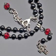 Чокер Rico La Cara. Ожерелье из черного марблита, с крестом.