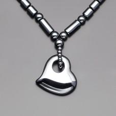Чокер на шею из природного гематита. Ожерелье с подвеской в форме сердца.