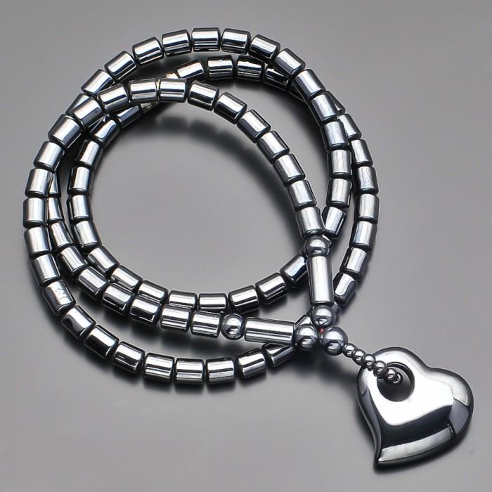 Чокер из натурального гематита с подвеской в форме сердца.
