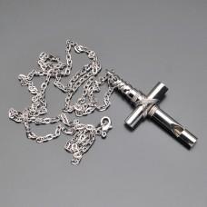 Подвеска в форме креста с цепочкой.