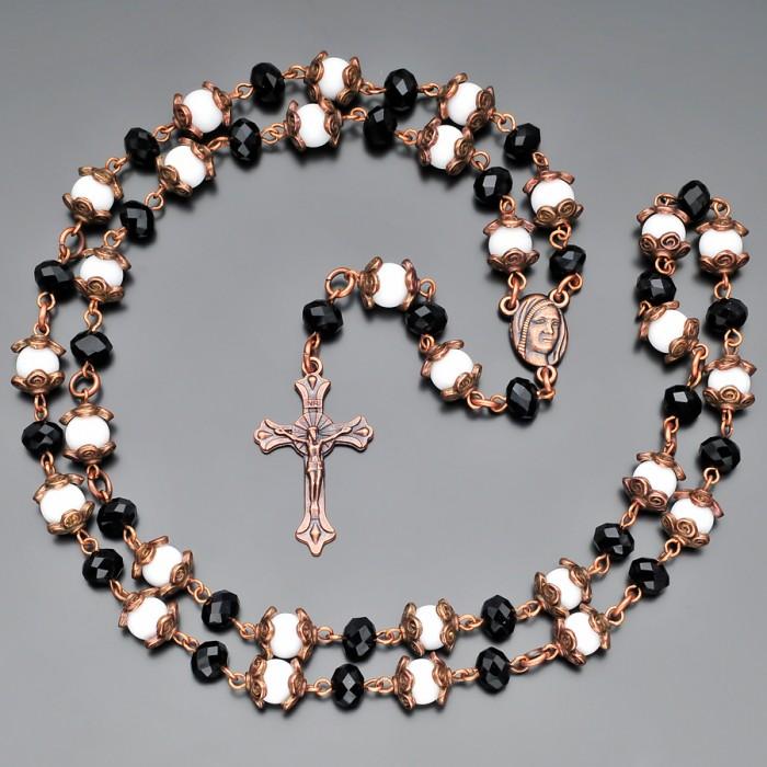 Католический розарий с крестом и камнями белого агата. Rico La Cara.