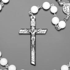 Розарий, бусы с крестом. Бижутерия из камней белого агата.